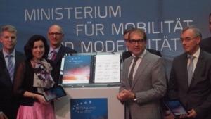 Gruppenbild mit Dame: Die Netzallianz präsentiert ihr Kursbuch für den Breitbandausbau. Vlnr: Jens Schulte-Bockum, Dorothee Bär, Timo Höttges, Alexander Dobrindt und Norbert Westfal.