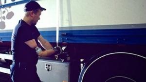 Bionische Prothese: Anhänger ankuppeln, Schnürsenkel binden