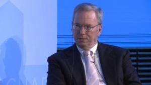 Trotz Knopf im Ohr hat Google-Chef Schmidt viele Fragen der Diskussion offenbar nicht verstanden.