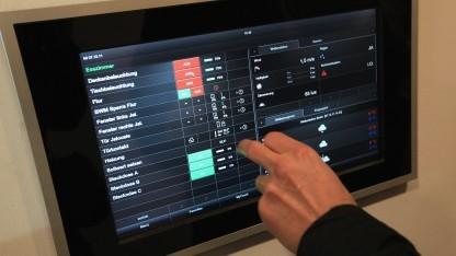 Touchscreen-Steuerung zur Kontrolle von vernetzten Geräten in einem Haushalt