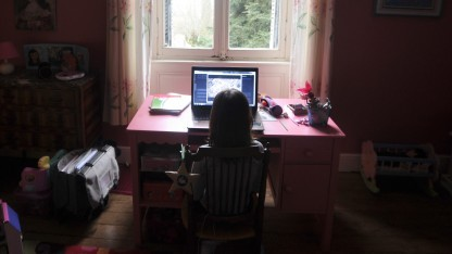 Mädchen vor einem Computer