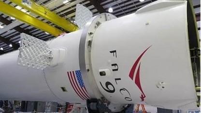 Die Flügel der Falcon 9R falten sich nach dem Einsatz zusammen.