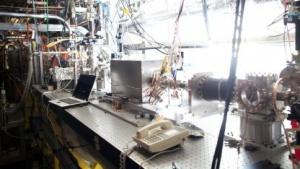Die metallene Box in der Mitte des Bildes zeigt den Kielfeld-Beschleuniger.