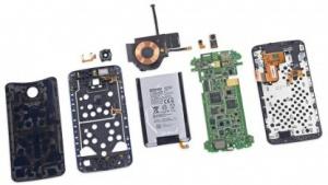 Das Nexus 6 lässt sich recht gut auseinandernehmen.