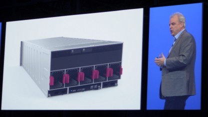 HPs Technikchef Martin Fink zeigt die Hülle von The Machine.