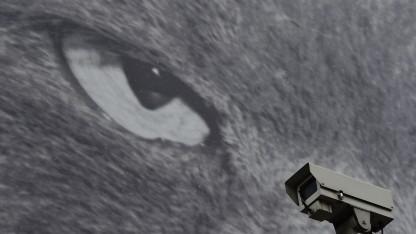 Überwachungskamera vor einem Plakat in London
