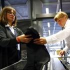 Sicherheitskontrolle am Flughafen: Reisende müssen Funktionsfähigkeit der Kamera vorführen