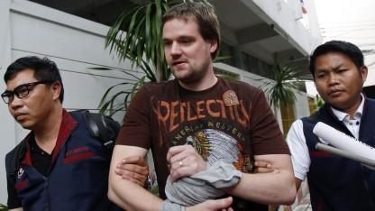 Hans Fredrik Neij (Bildmitte), einer der Mitbegründer von The Pirate Bay, wird im November in Bangkok abgeführt.