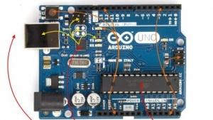 Auf dem Arduino gibt es zwei Mikrocontroller
