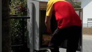 So sollte es funktionieren: Der DHL-Paketkasten wird vom Zusteller befüllt.