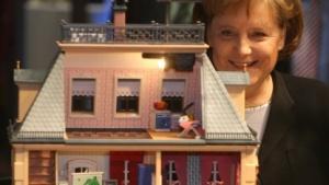 Angela Merkel inspiziert das Modell eines Smarthomes auf der Cebit 2007.