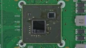 Multi-Chip-Module der Wii U, links die AMD-Grafikeinheit