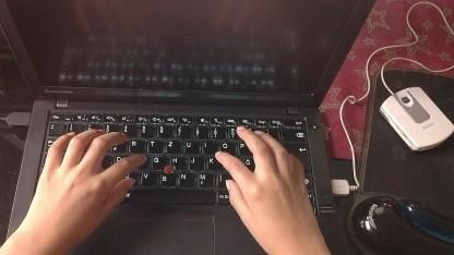 Kinderhände am Notebook