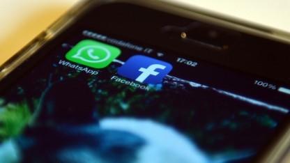 Die Apps von Whatsapp und Facebook auf einem Smartphone