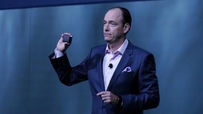 Samsungs Tim Baxter hält die Portable SSD T1 hoch.