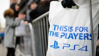 Kunde in einer Schlange für die PS4