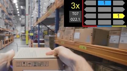 DHL-Lagermitarbeiter mit Datenbrille