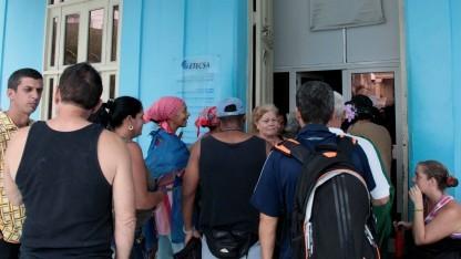 Kubaner vor einem staatlichen Internetcafé