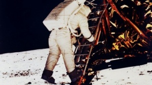 Buzz Aldrin verlässt die Mondfähre von Apollo 11: Weltraumtöne unter freier Lizenz