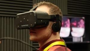 Golem.de-Redakteur Marc Sauter probiert Oculus Rift auf der CES 2015 aus.