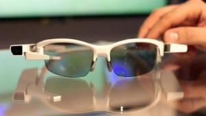 Sonys Datenbrille Smart Eyeglass Attach an einem Brillengestell