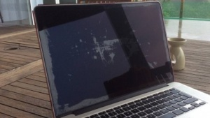 Irreparable Beschädigungen einer Displayschicht beim Macbook Pro