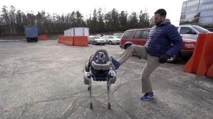 Roboter Spot: Ein Tritt bringt ihn nicht zu Fall.