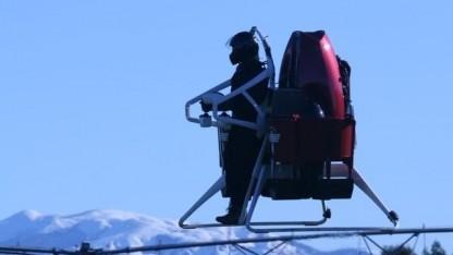 Martin Jetpack: Fallschirm öffnet sich acht Meter über dem Boden.
