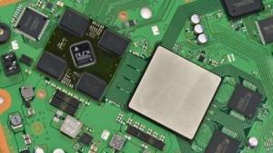 Cell und Reality Synthesizer auf der Platine der Playstation 3 Super Slim
