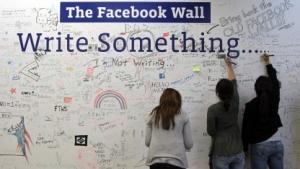 Facebook-Mitarbeiter schreiben etwas auf die Facebook-Wall.