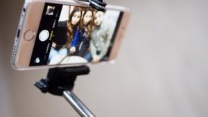 Selfie-Stäbe erwecken nicht überall Begeisterung