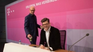 Telekom-Chef Tim Höttges (l.) und Pressesprecher Philipp Schindera