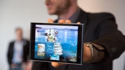 Marc Dillon - COO von Jolla - zeigt das Jolla-Tablet.