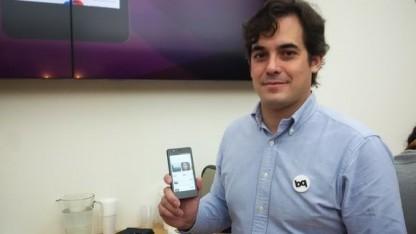 BQ-Vizepräsident Rodrigo del Prado mit dem ersten Ubuntu Phone
