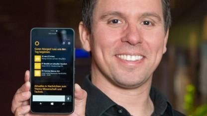 Cortanas Group Program Manager Marcus Ash mit einem Lumia