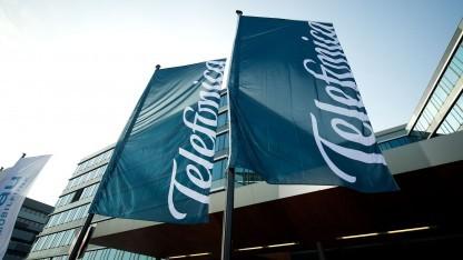 Telefonica-Flaggen vor dem E-Plus-Gebäude in Düsseldorf