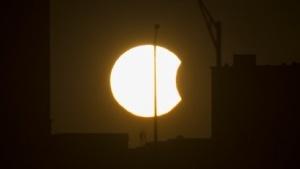 Während der partiellen Sonnenfinsternis sinkt die Erzeugungsleistung der Solaranlagen in Deutschland.