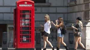 Wer im Urlaub nicht aus der Telefonzelle telefoniert, zahlt bislang weiter Roaming-Gebühren.