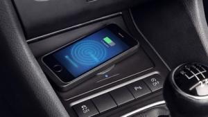 Induktionsladefläche für Smartphones im Auto