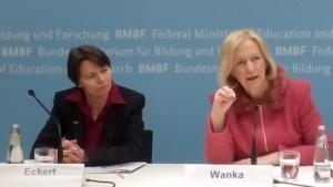 Informatik-Professorin Eckert (l.) und Ministerin Wanka präsentieren das Forschungsprogramm zur IT-Sicherheit.