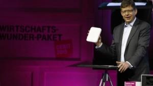 Telekom-Vorstand und T-Systems-Chef Reinhard Clemens präsentiert auf der Cebit 2015 ein Industrie-4.0-Produkt.