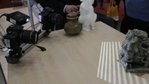 3Digify: Beamer projiziert Streifenmuster