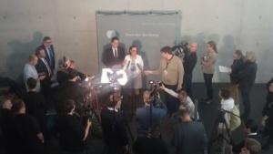 Vor Beginn der Sitzung geben die Abgeordneten Konstantin von Notz (Grüne) und Martina Renner (Linke) ein Statement ab.