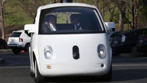 Google-Chef Eric Schmidt (l.) und US-Verkehrsminister Anthony Foxx testen ein autonomes Google-Fahrzeug.