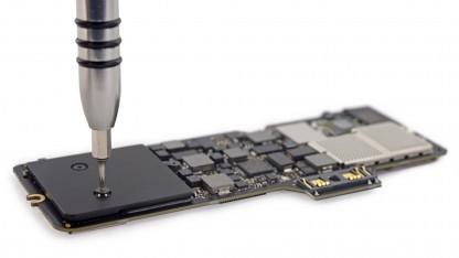 Unter dem gelochten Kühler rechts befindet sich einer der Flash-Chips, der DRAM-Cache und der von Apple entwickelte Controller der SSD.