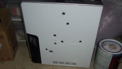 Achtmal schoss ein frustrierter Computerbenutzer auf seinen alten Dell-Desktop.