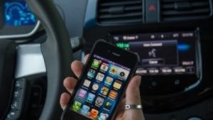 Das Benutzen von Spracherkennungs-Apps am Steuer erhöht die Unfallgefahr.