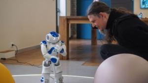 Aldebaran-Ausstellungsraum in Paris: Schöne Roboter haben bessere Chancen.