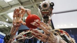 """Der Robotter """"Ecce"""" kann mehr als nur gucken:  Technik und Menschen können gemeinsam Wohlstand schaffen:Das ist der Tenor der Hannover Messe. Doch bei der Digitalisierung könnte die Politik abgesehen von Sonntagsreden mehr tun."""