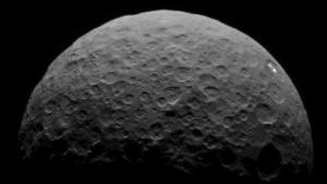Der Zwergplanet Ceres hat weiße Flecken auf seiner Oberfläche.